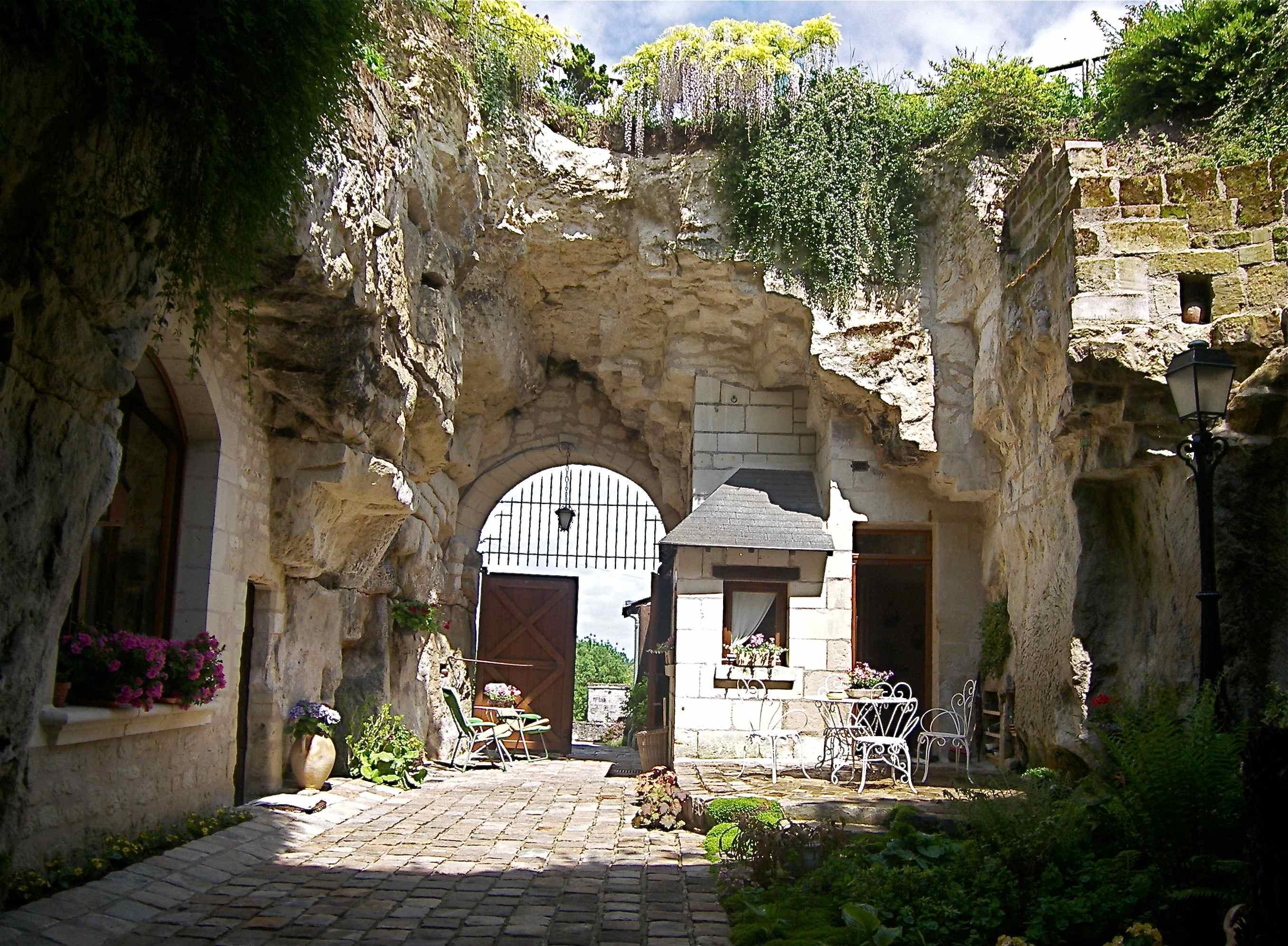 Montsoreau maison avec jardin troglodyte douceur de la for Architecture troglodyte